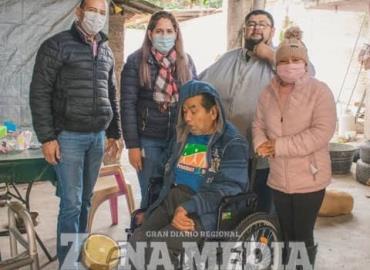 El DIF entregó silla de ruedas