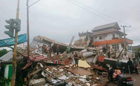 42 muertos por un fuerte sismo