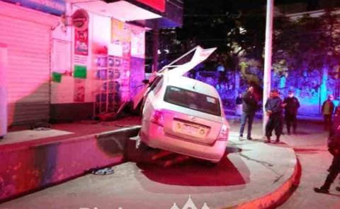Mujer destrozó  su automóvil
