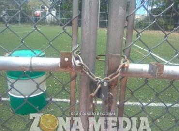 Los campos deportivos permanecen cerrados