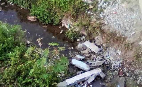 Tiran cascajo a un arroyo