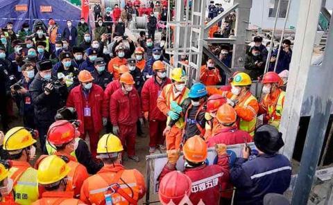 Rescatan a 11 mineros  atrapados bajo tierra