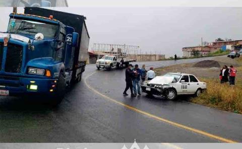 Tráiler chocó contra un taxi