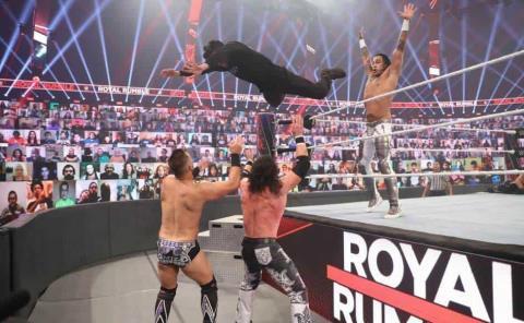 Bad Bunny se sube al ring y ataca a dos superestrellas de la WWE con una plancha cruzada voladora