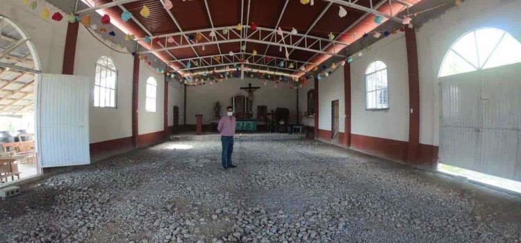 Supervisan avance del piso de capilla