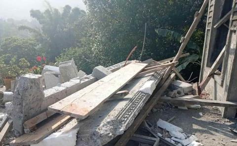 Se desploma construcción y hiere albañiles