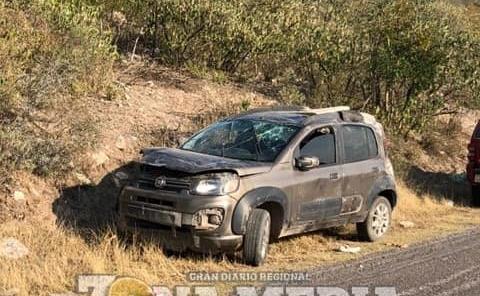 Dos lesionados al volcar auto