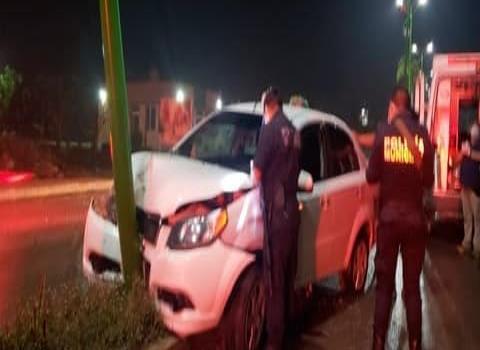 Automovilista chocó contra el camellón