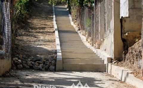 Ayuntamiento construyó escalinatas en la Adolfo