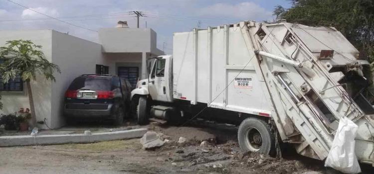 Camión de basura chocó contra casa