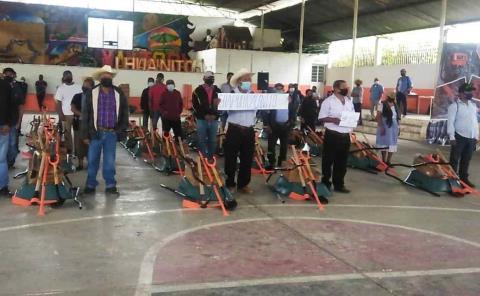 Equipo agrícola entregó Alcalde