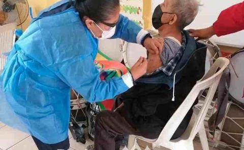 Aplican la vacuna contra el Covid para adultos mayores