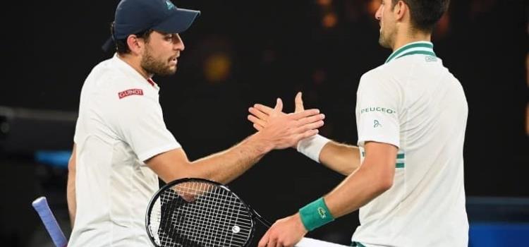 Djokovic despierta del sueño a Karatsev