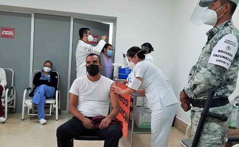 Segunda dosis a personal médico