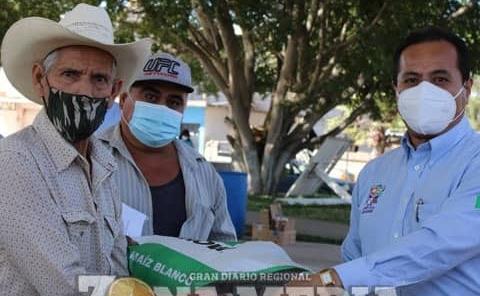 Ramón Torres entregó semilla a productores