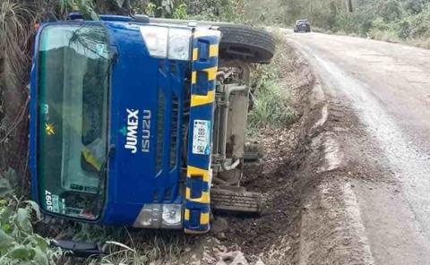 Vuelca camión  de JUMEX
