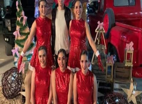 Bailarines practican para sus evento.