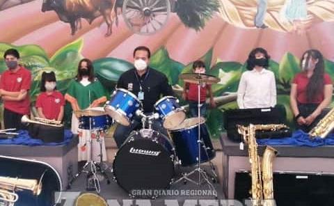 Ramón Torres donó instrumentos a banda
