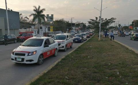 Taxis participan en mítines políticos