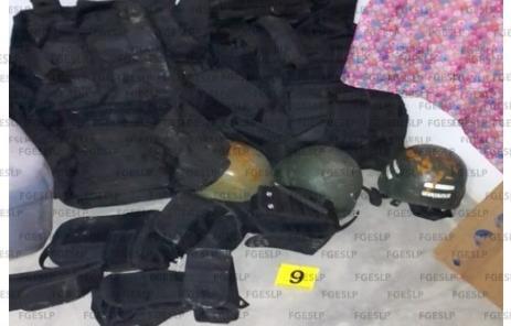 En cateo fiscalía asegura armas, droga y equipo táctico.