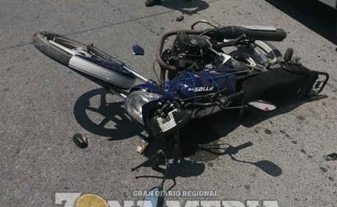 Sexagenario en moto protagonizó accidente