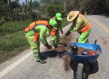 Reparan carretera hacia Tamazunchale