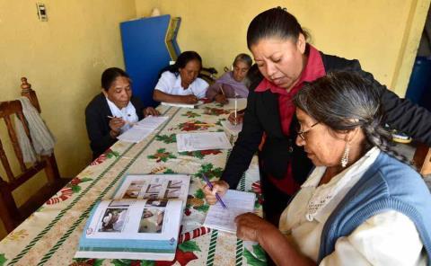 Frena pandemia combate al analfabetismo
