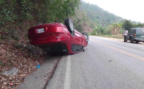¡Volcó automóvil!