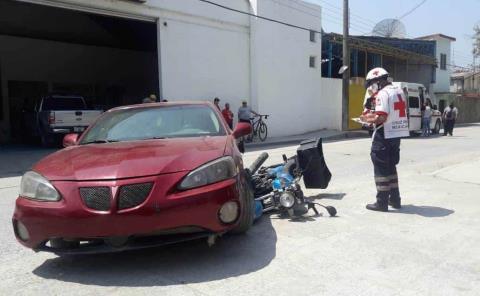 Joven motociclista causó un percance