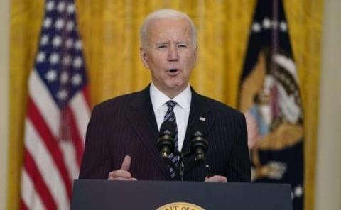 Biden tropieza al subirse al Air Force One