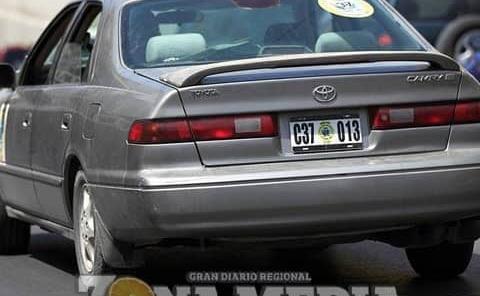 Falsifican placas para vehículos