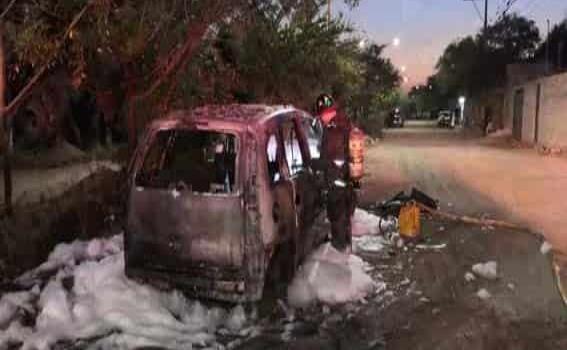 Fuego consumió auto abandonado