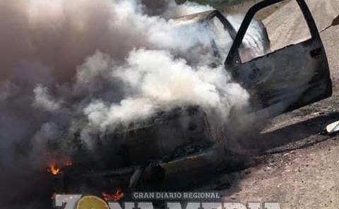 Camioneta calcinada por voraz incendio
