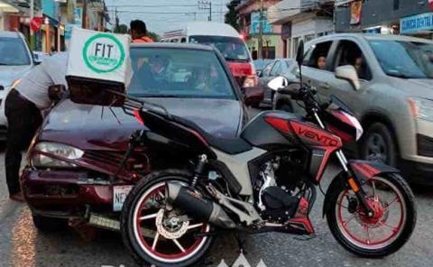Auto embistió a motociclistas