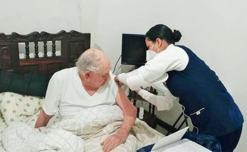 Vacuna a adultos mayores en cama