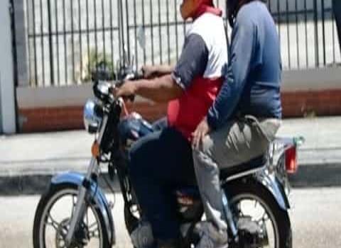 Permitido sólo dos personas en moto