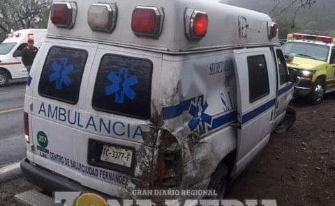 Ambulancia a punto de volcar