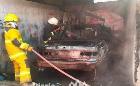 Arde automóvil en la Surtidora