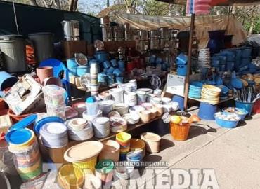 Comerciante oferta diversos productos