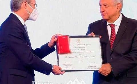 AMLO entrega premios a médicos y enfermeras