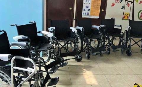 Entrega DIF aparatos a gente con discapacidad