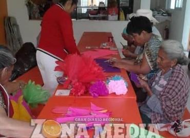 Taller ofrecen a los abuelitos