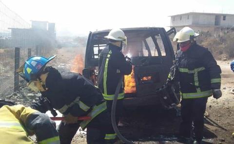 Se incendia camioneta en San Agustín Tlaxiaca