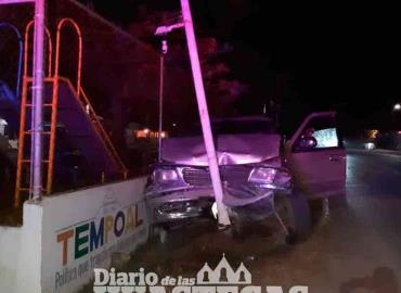 Vehículo chocó contra un poste