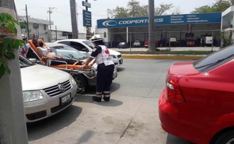 Aparatoso choque entre dos vehículos