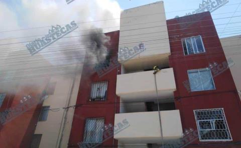 Voraz incendio a punto de consumir departamento