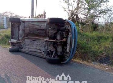 Abandona vehículo tras sufrir volcadura