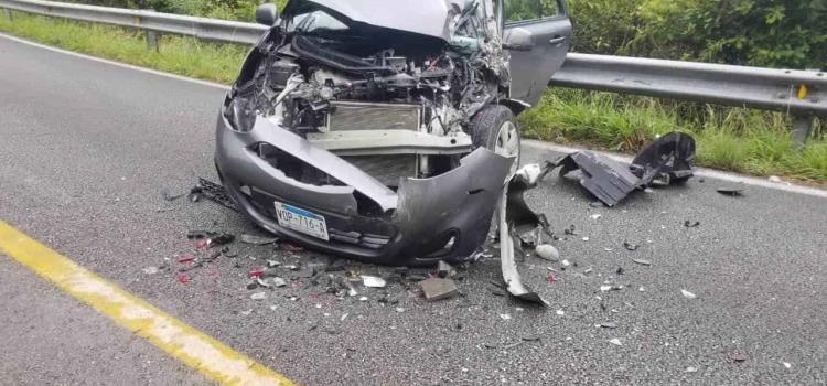Aparatoso choque entre 2 vehículos