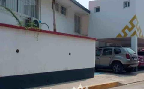 Reportan grave a motorista tras sufrir una volcadura
