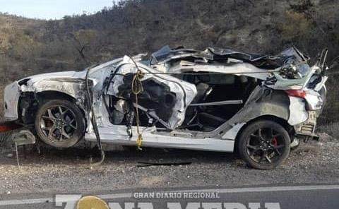 Auto destrozado en fuerte choque